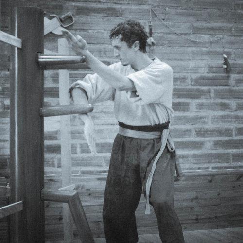 kuan-sao-au-mannequin-de-bois-par-sifu-stephane-serror-2004-wing-chun-kung-fu-association-yimwingchun-toulouse